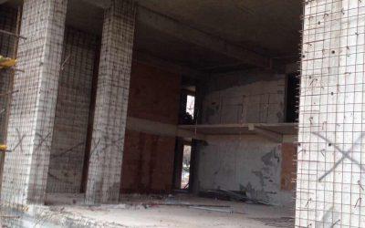 Подсилване на колони на сграда с цел укрепване и заздравяване